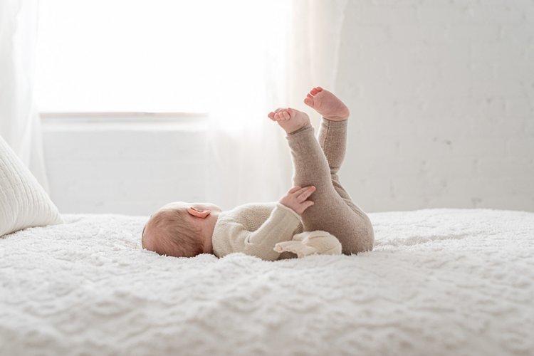 trẻ sơ sinh đạp chân tay liên tục khi nằm trên giường