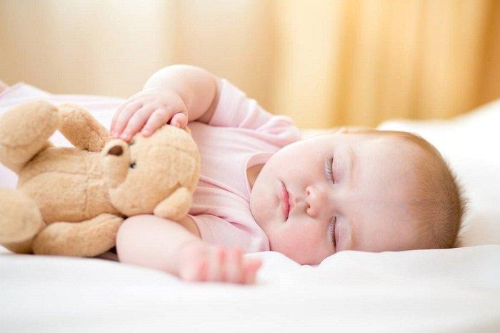 trẻ sơ sinh 3 tháng tuổi đang ngủ