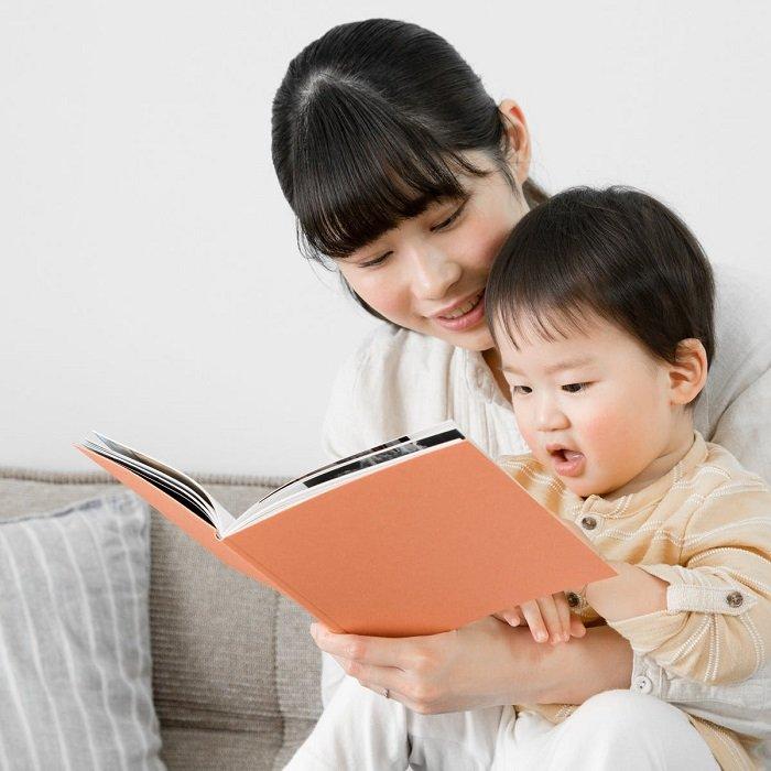 mẹ đọc sách cho bé để biến trải nghiệm này thành điểm mạnh của trẻ chậm phát triển ngôn ngữ