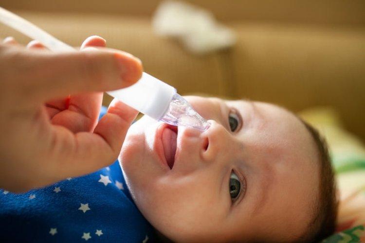 mẹ hút mũi cho trẻ khi trẻ bị chảy nước mũi