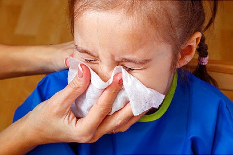 trẻ bị chảy nước mũi do nhiễm lạnh