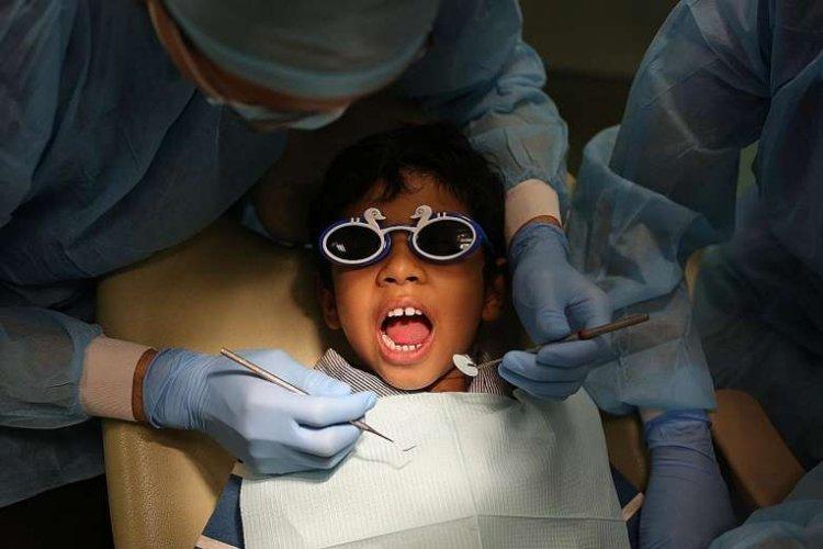 bé bị sâu răng sữa phải đi khám chữa răng ở nha sĩ