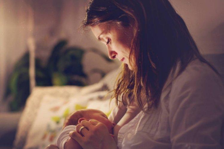 mẹ cho trẻ bú khi trẻ quấy khóc đêm