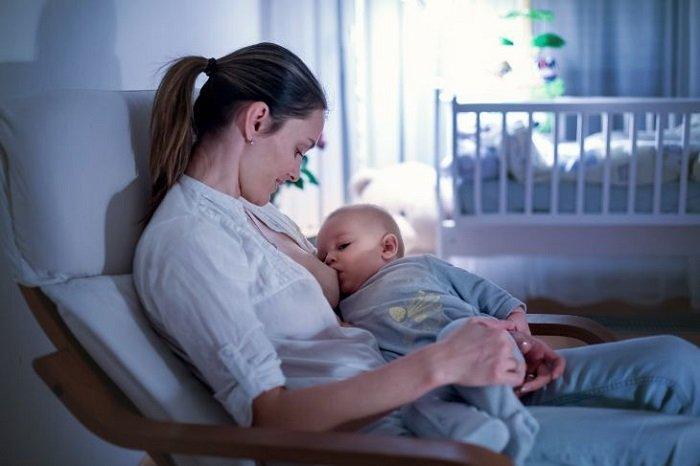 mẹ cho bé sơ sinh bú đêm