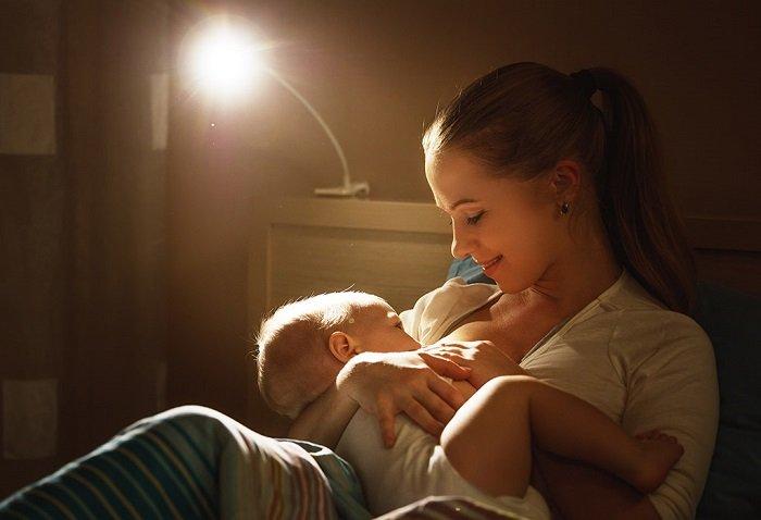 bé bú sữa mẹ vào ban đem