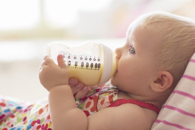 Em bé lười uống sữa phải làm sao đây?