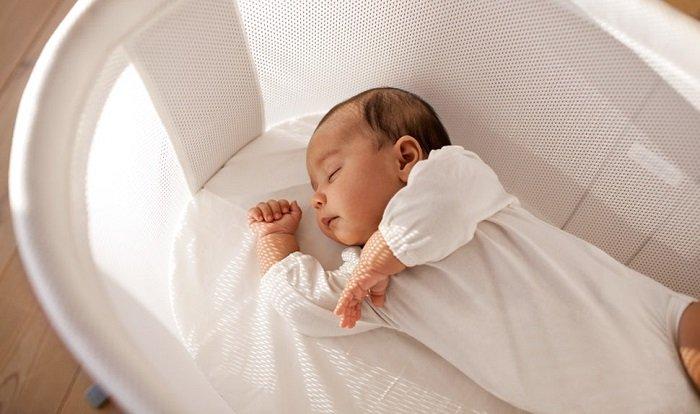 bé sơ sinh ngủ trong nôi