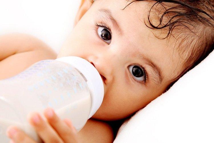 em bé bú sữa bình