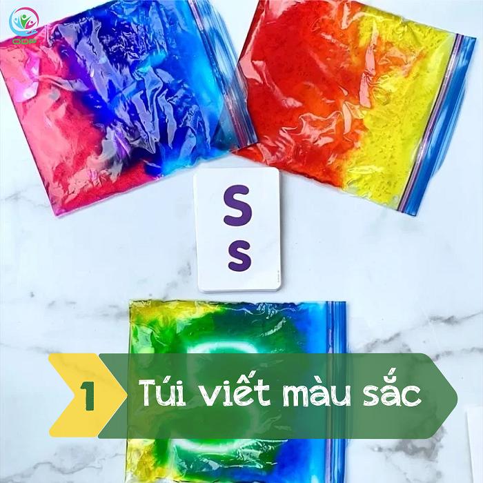 Túi viết màu sắc là một trong các trò chơi cho bé tại nhà khá thú vị.