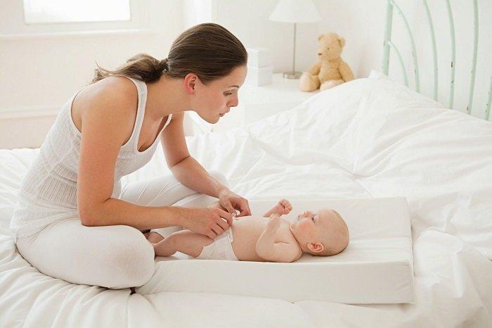 Với trẻ dưới 1 tuổi, bố mẹ không nên áp dụng cách rơ lưỡi em bé bằng mật ong.