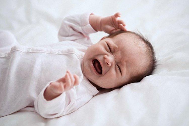 trẻ ngủ bị giật mình