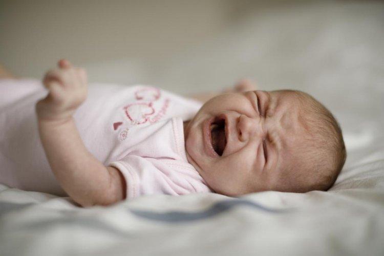 trẻ bị giật mình khi ngủ