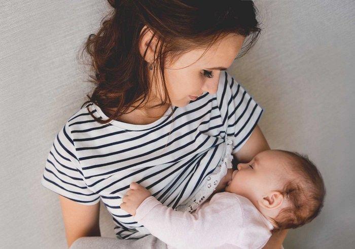 bé sơ sinh lười bú chậm tăng cân