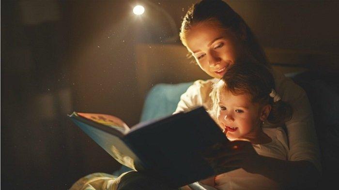mẹ đọc sách cùng con trước giờ đi ngủ