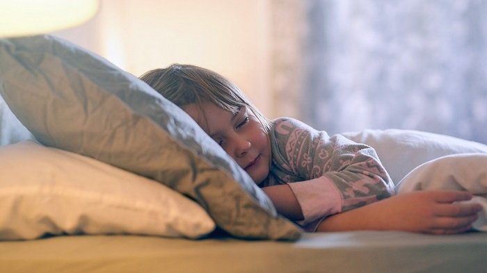 bé gái ngủ trên giường