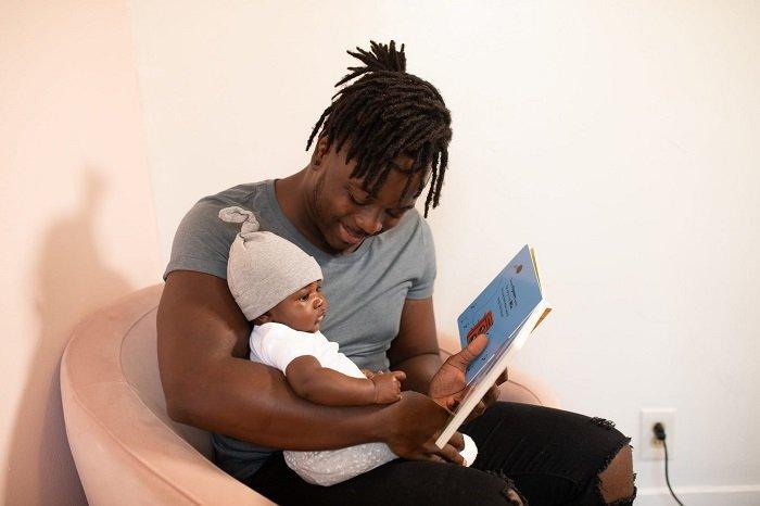 Đọc sách cũng là một thói quen tốt cha mẹ làm gương cho con.
