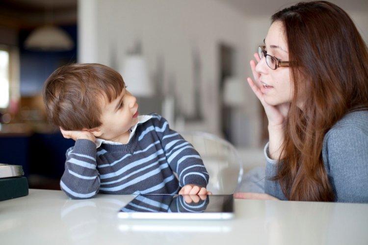 mẹ lắng nghe trẻ kể chuyện và chia sẻ