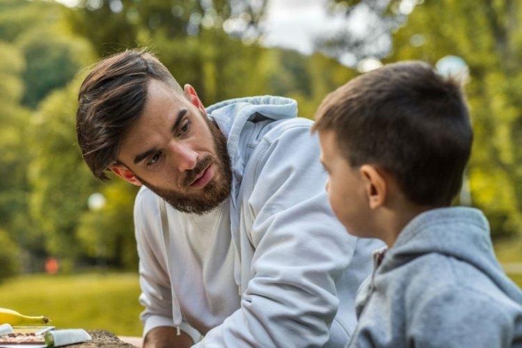 bố dạy nói chuyện và dạy trẻ biết lắng nghe