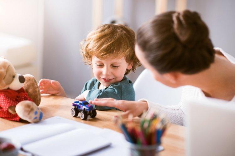 mẹ cùng chơi và giúp rèn luyện kỹ năng giao tiếp cho trẻ mầm non