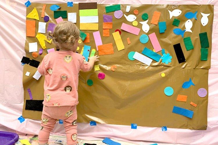 trẻ chơi tìm đồ vật theo màu sắc