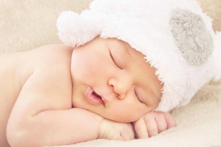 bé sơ sinh đội mũ giữ ấm đầu