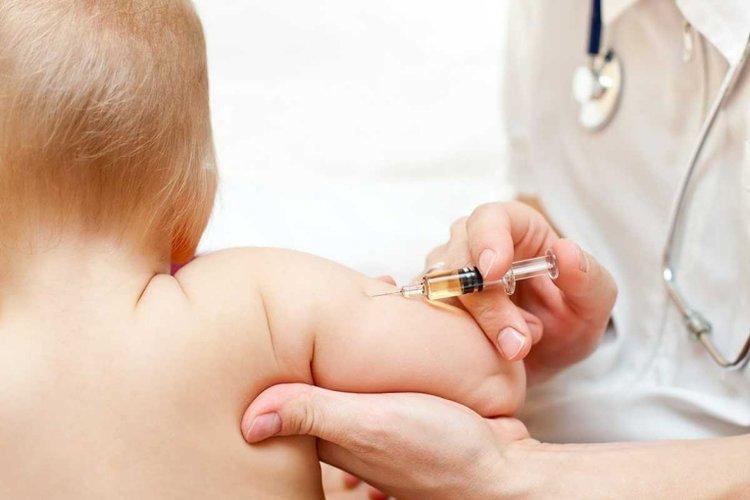 bác sĩ tiêm các mũi tiêm phòng cho bé