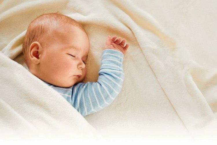 trẻ khó chịu khi đắp chăn dày hoặc mặc nhiều quần áo