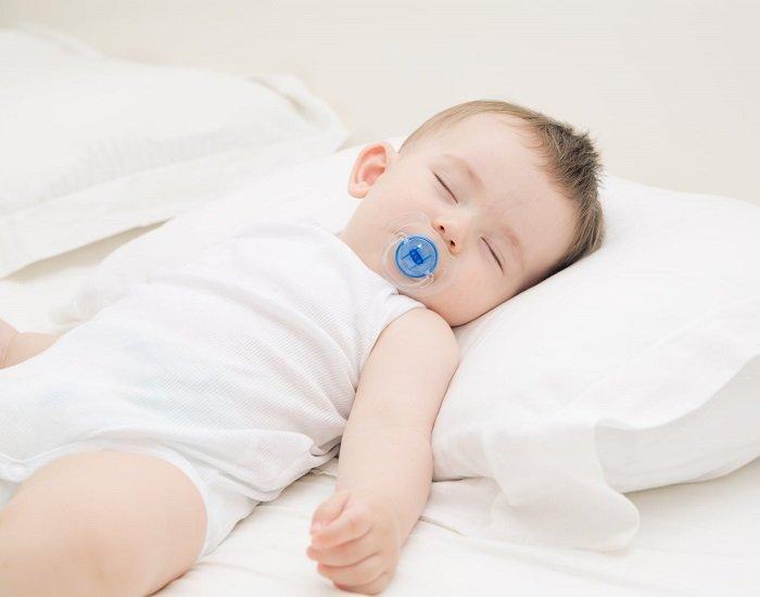 Trẻ sơ sinh có nên nằm gối không là câu hỏi được nhiều bố mẹ quan tâm.