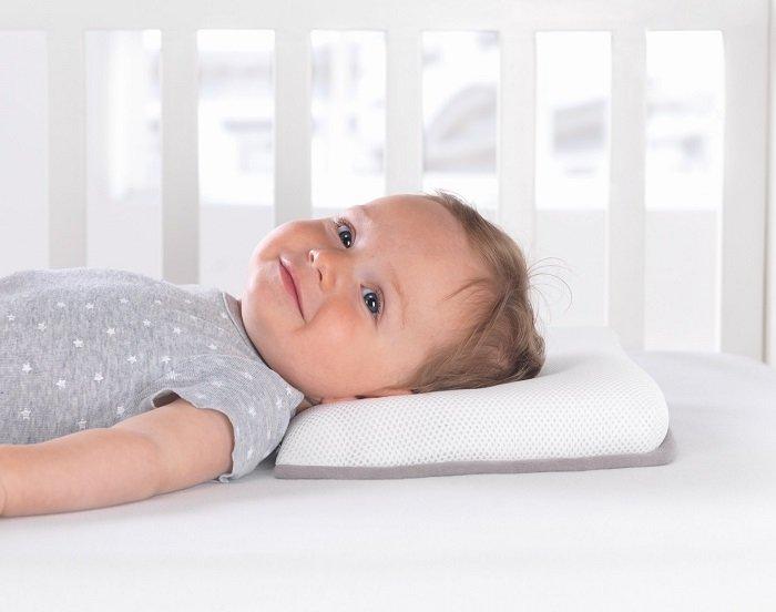có nên cho trẻ sơ sinh nằm gối lõm