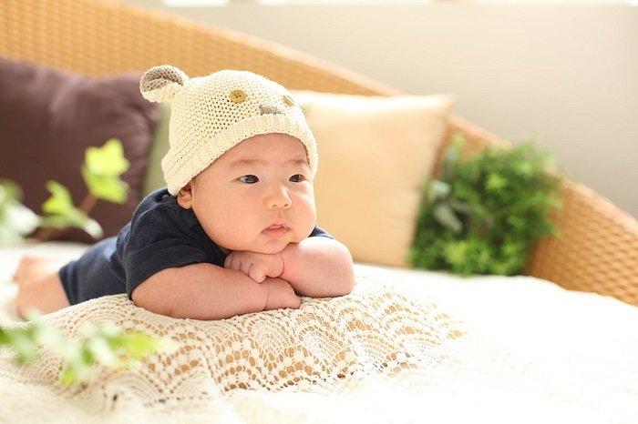 trẻ sơ sinh có nên nằm gối cao su non