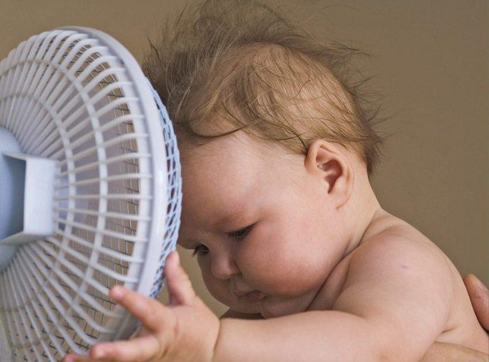 Trẻ sơ sinh nằm quạt được không và cách giúp trẻ làm mát hiệu quả