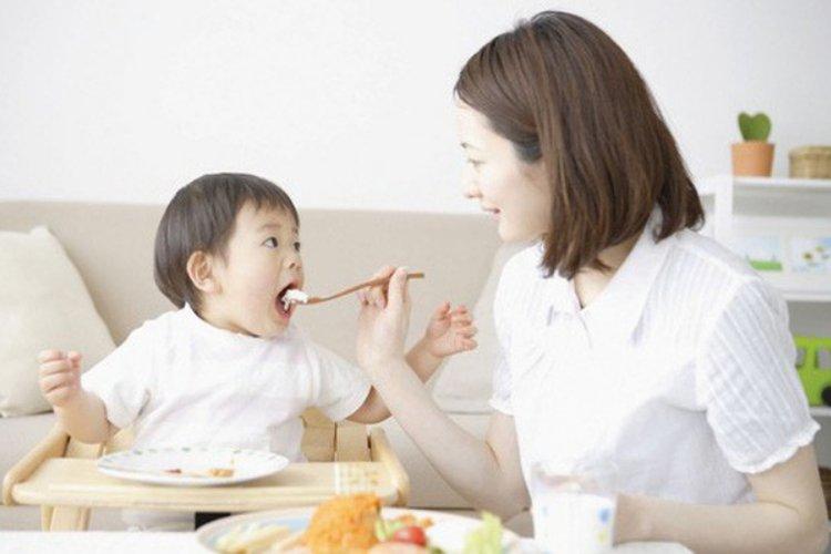 trẻ bị suy dinh dưỡng phải làm sao?