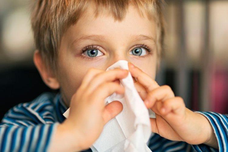 triệu chứng viêm mũi dị ứng ở trẻ em là sổ mũi, ngứa mũi, hắt hơi khiến trẻ mệt mỏi