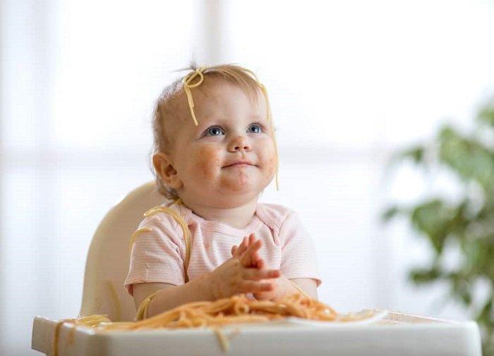 Đôi khi quá hiếu động cũng khiến trẻ ăn nhiều nhưng tăng cân chậm.