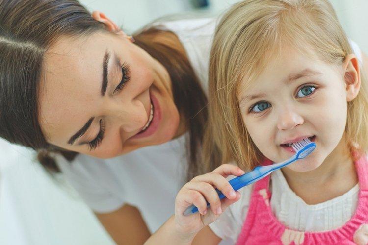 mẹ hướng dẫn vệ sinh răng miệng cho bé