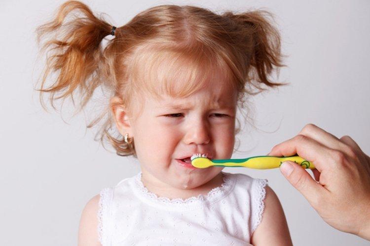 vệ sinh răng miệng cho bé không đúng cách sẽ khiến trẻ bị bệnh về răng miệng rất đau đớn