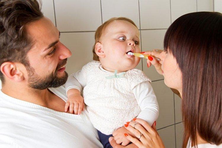 bố mẹ thực hiện cách vệ sinh răng miệng cho bé 1 tuổi