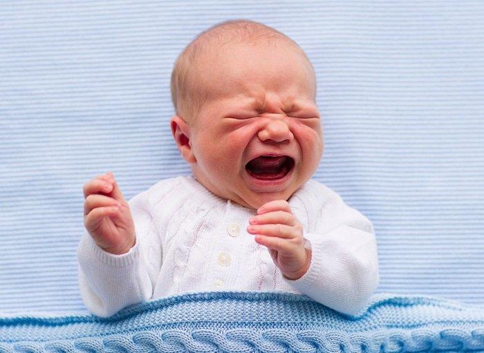 bé sơ sinh đau bụng