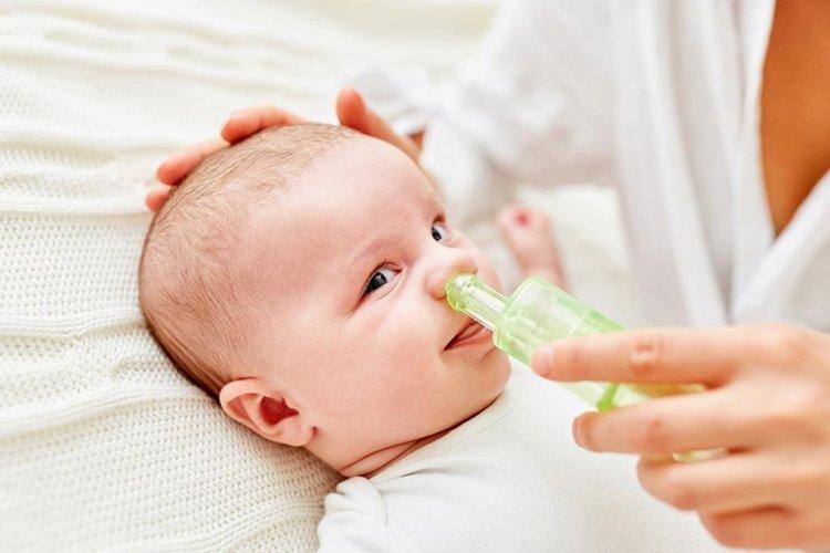 mẹ hút mũi khi trẻ sơ sinh bị nghẹt mũi khó thở