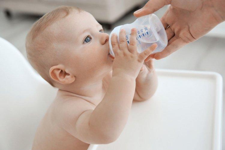 vì sao không cho trẻ sơ sinh uống nước? vì uống nước có thể gây ảnh hưởng xấu hoặc thậm chí có thể gây nguy hiểm tới tính mạng của trẻ