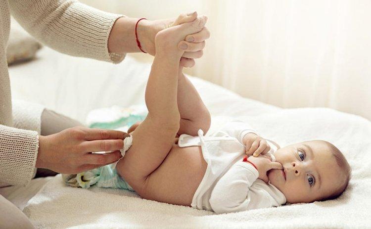mẹ thực hiện cách vệ sinh vùng kín cho trẻ sơ sinh