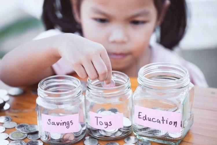 bố mẹ dạy bé gái tiết kiệm tiền theo từng mục đích khác nhau