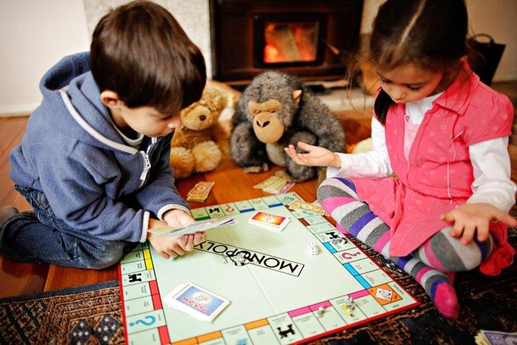 Việc cho trẻ chơi cờ tỷ phú Monopoly là một hình thức dạy con cách tiêu tiền rất hiệu quả