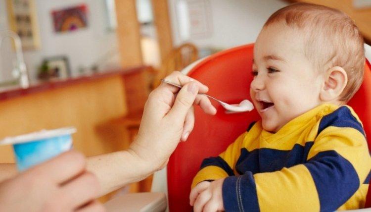 trẻ sơ sinh ăn váng sữa, 1 tuần cho bé ăn mấy hộp váng sữa là hợp lý?