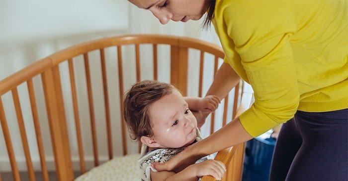 Em bé khóc vì bị trào ngược dạ dày