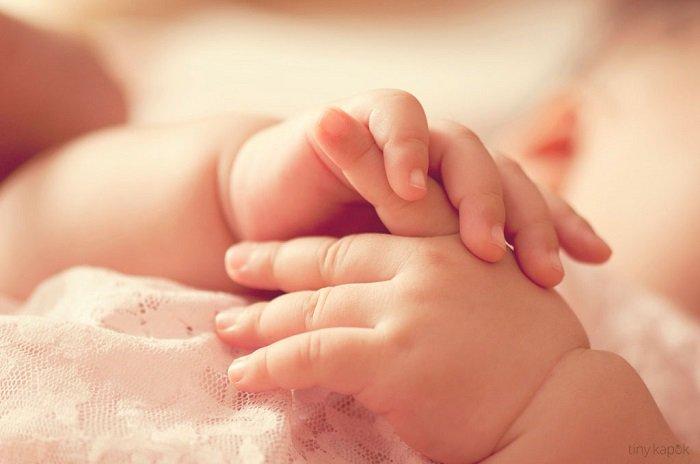 trẻ em bị ra mồ hôi tay chân