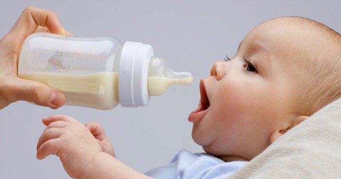 trẻ sơ sinh hay bị sặc sữa lên mũi