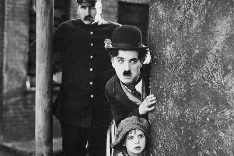 vua hề Charlie Chaplin là đứa trẻ vui tính; vua hề Sác-lô và bạn diễn