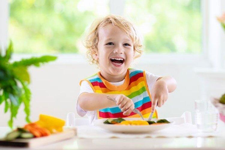 trẻ hay giận dỗi cần có chế độ dinh dưỡng đầy đủ chất
