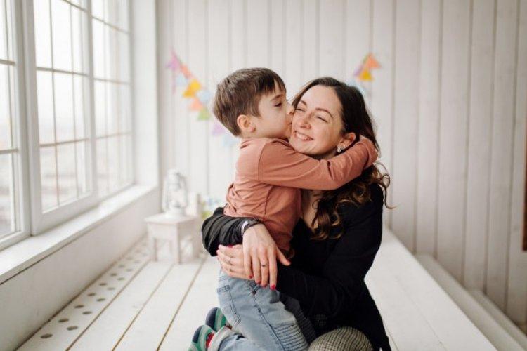 mẹ khen ngợi đúng cách cũng giúp trẻ hay giận dỗi trở nên vui vẻ, trẻ tự tin hơn